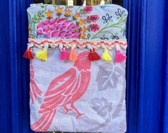 Fun little crossbody bag with a little bird on it