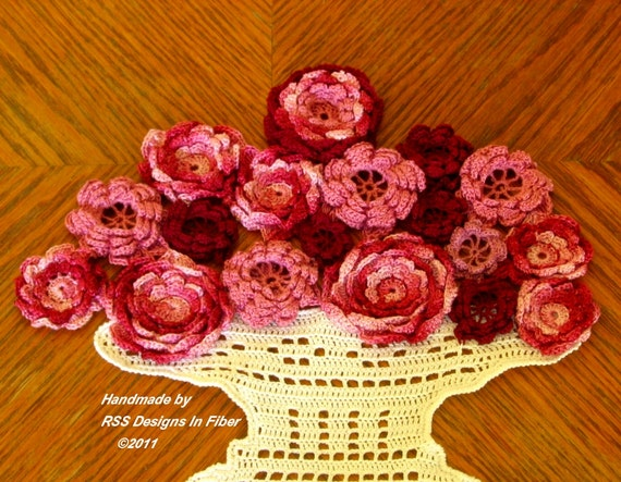 Rose Vase Fiber Art - 3D Red and Pink Roses - Crochet Rose Art - Table Rose Decor - Rose Wall Art - Fiber Art Decor - Crochet Wall Hanging
