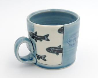 Tasse à café de poisson / / tasse d'argile, tasse en ceramique, poterie à la main, tasse à café, tasse bleu, porcelaine, poterie au tour, mishima, coupe à la main