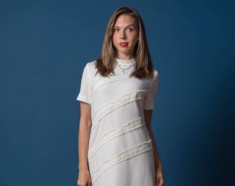 Vintage White Lace Shift Dress (Size Medium/Large)