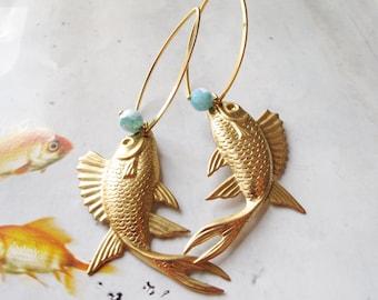 Statement earrings, gold earrings, gold fish, dangle earrings, animal motive, natural agate, brass jewelry, iomiss,  pendiente largo dorado