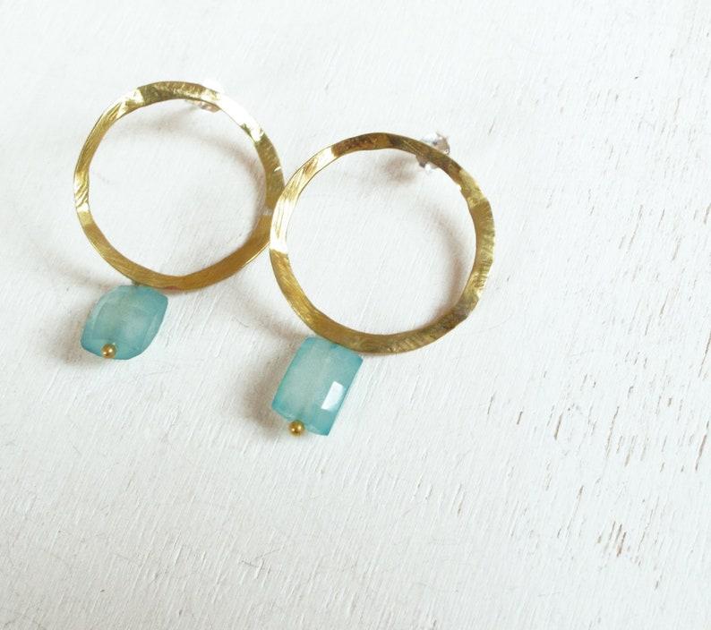 31dd58000795 Pendientes aros dorados con piedra azul círculo irregular