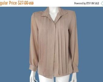 e8bc59d9d5b4f 30% Vintage Laura Mae Blouse   1980 s Woman s Polyester Nude Shirt   Secretary  Blouse   Size M    207