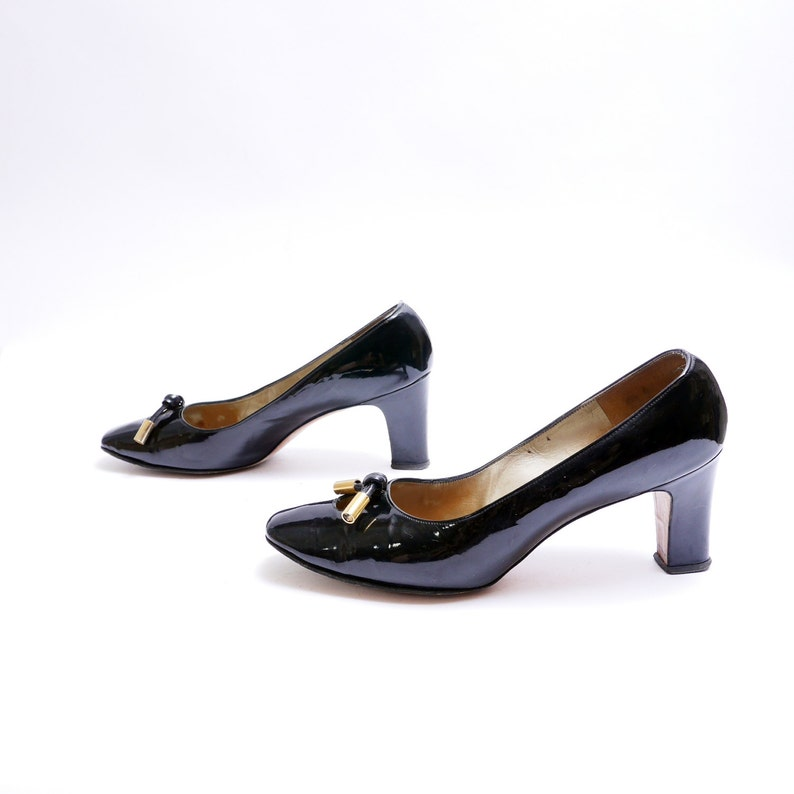 1d0b85598354b 60s Cut Out Toe Toe Pumps // Knotted Leather Brass Accents // Black Patent  Leather Pumps // 8.5