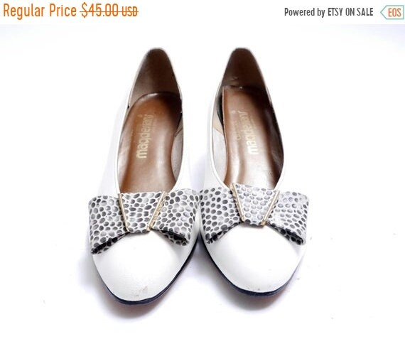 cb8cca9aa23e4 On Sale Vintage Cute Reptile Bow White Leather Shoes// Spotted Black Heels  and Bows// Stylish and Comfortable Pumps // 9N size