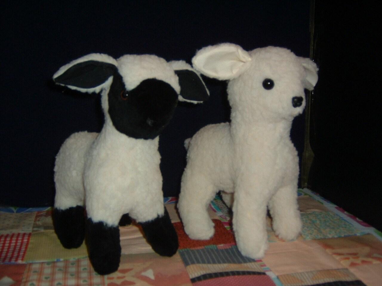 Schwarzes Gesicht und weißen Gesicht Lamm Schaf gefüllte Tier