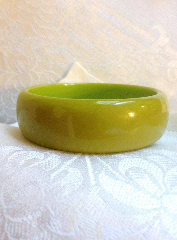 Pea Green Bakelite Bangle//Bakelite Bangle