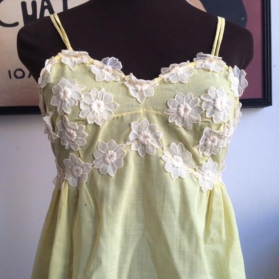 Vintage jaune Baby Doll nuisette robe de glissement Applique broderies de fleurs sur la poitrine