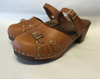 Sasha Med // Honey Oiled Sascha mary jane  Medium Heel with bronze studs