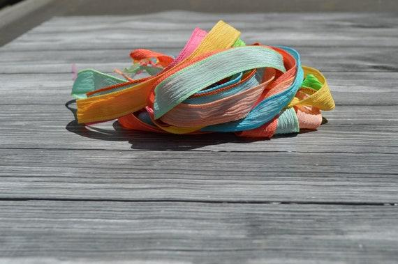 FLEURS de ruban de soie assortiment teinté de à la main rubans Qté 7 menthe de teinté cordes de soie froissée, or, melon d'eau, Sarcelle d'hiver, étang de Koi, cantaloup, corail d82e8e