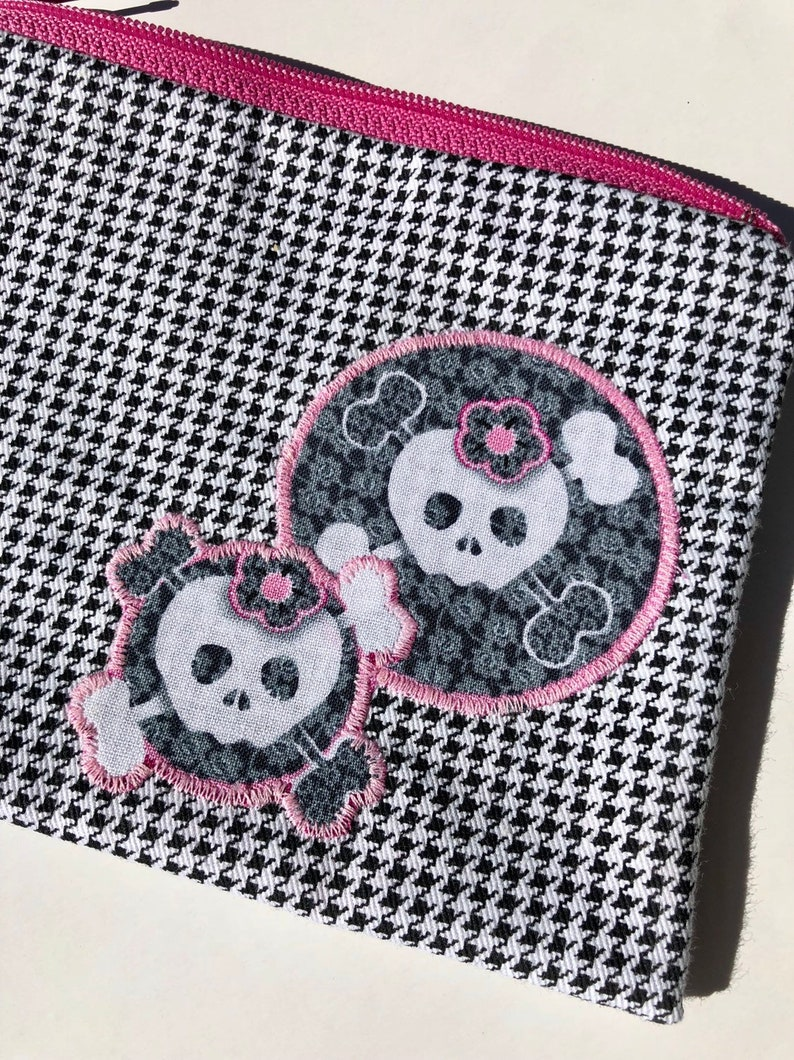 Lacy Skulls Zipper Pouch: Houndstooth. image 0