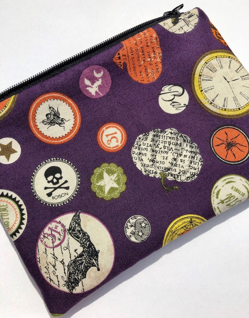 Halloween Badges Pouch: Clocks Spiders Black Cats. image 0