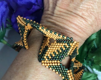 Twisted Green and Gold Beaded Cuff Bracelet, Unique Gift for her, Gold Cuff, Green and Gold Bracelet Cuff, Beaded Cuff, Beaded Bracelet