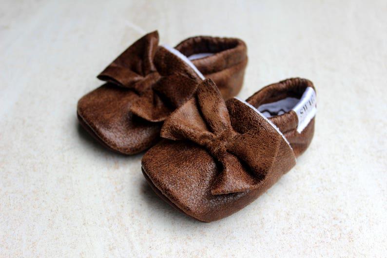 bde63a75b0904 Simili cuir bébé avec noeud fille chaussons pantoufles pour