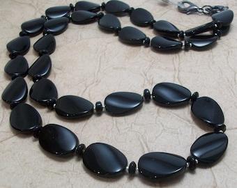 Noir torsadé longe collier ovale en verre