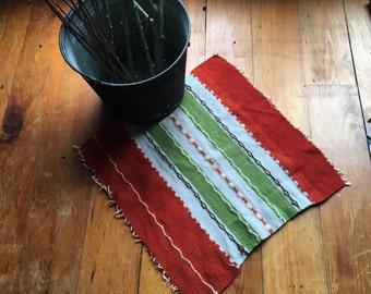 Vintage textiles tissés à la main, scandinave inspiré brodé laine tissu à rayures pour une utilisation comme tapis, Tenture murale ou faire une taie d'oreiller