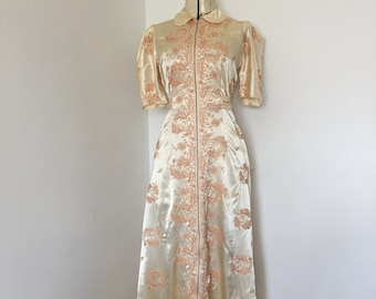 Satin Dressing Robe 1930s 1940s Hollywood Glam Peachy Satin with Dusty Pink All Over Embroidery Stunning Front Zippered