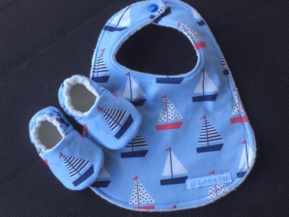 Bébé cadeau ensemble, bavoir imperméable à l'eau, bavoir pour bébé, chaussures bébé, bateaux à voile, bébé garçon, shower de bébé nautique bébé, chaussons bébé, chaussures à semelle souple