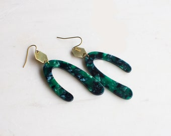 Emerald green statement earrings, u-shaped earrings with gold hexagon
