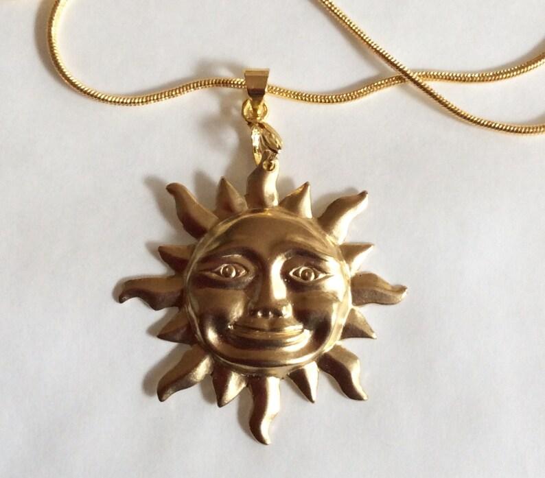 Tono Oro Grande sonriente Sun Colgante y cadena de 43 Cm