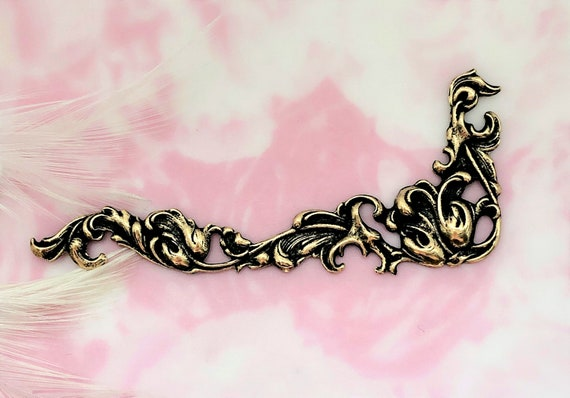 ANTIQUE BRASS Victorian Floral Leaf Flourish Scroll Corner Stampings -  Jewelry Ornament Findings (C-1109) CV