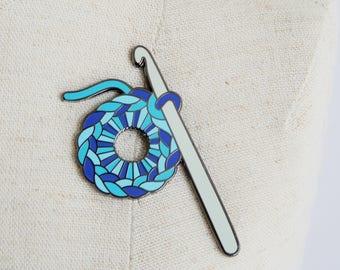 Crochet en émail bleu broche: broche émail rusé, broche émail fil, broche émail dur, ensemble broche émail, pingame, épinglette émail, au crochet crochet