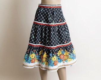 Vintage 1970s Floral Border Print Skirt - Black & White Flower Basket Fence Print - Tiered Skirt - Ribbon Trim - Small