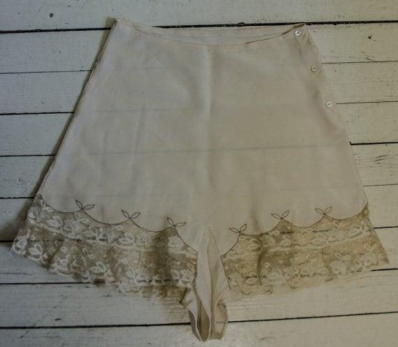 Vintage 1940s Womans Creme Silk Lace Tap Pants Sma