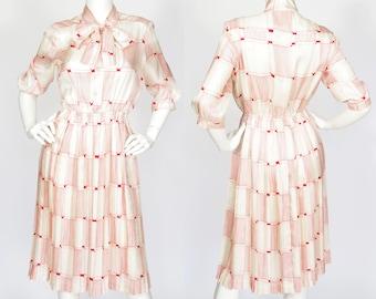 1970s Vintage Cream & Red Graphic Silk Pleated Ascot Tie Dress Sz XS-M