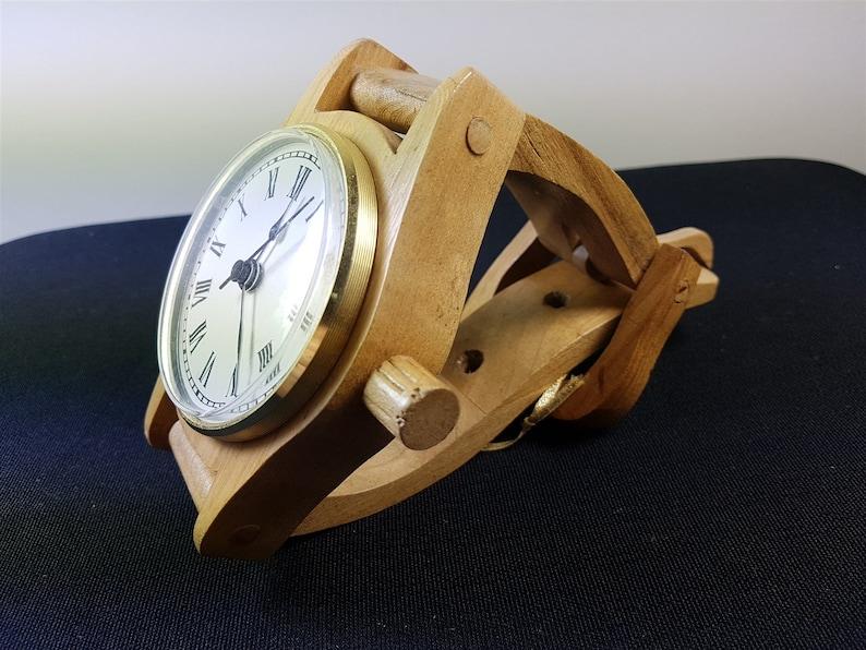 Main Fait en bois Montre-bracelet Bureau ou Table Horloge articulée Sculpture en bois Original Art avec des pièces de travail et de déménagement