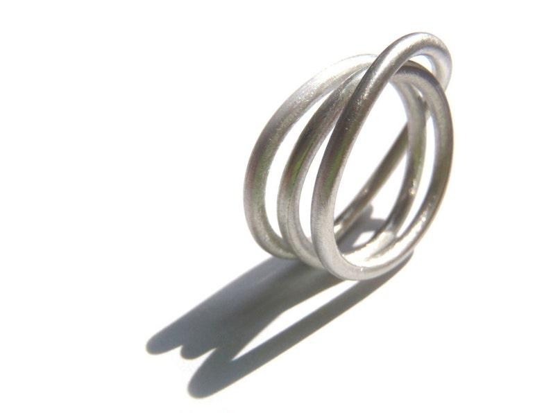 bdc3400fcf40 Anillo Enredos diseño infinito minimalista en alambre de plata
