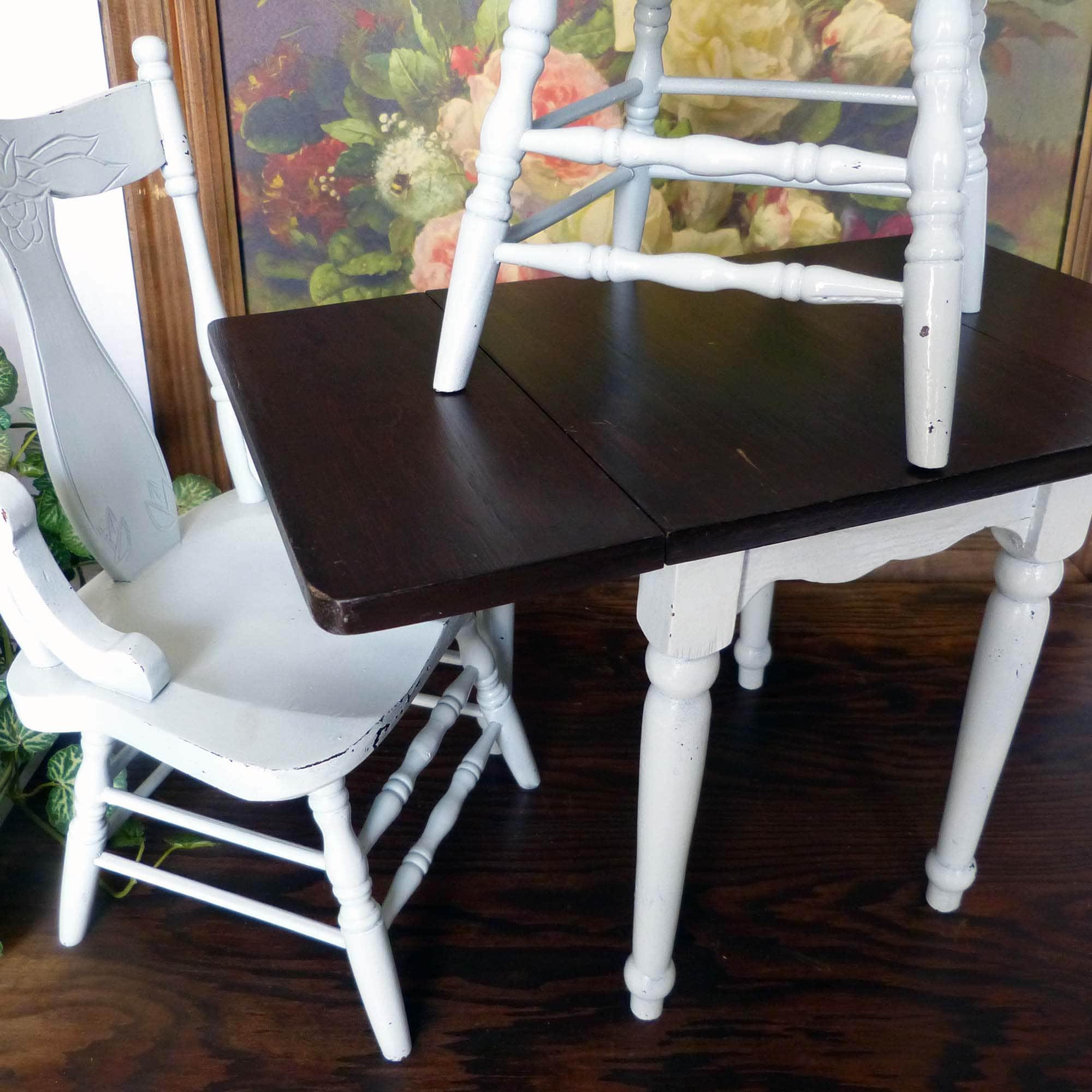 Gut gemacht Puppe Größe Tropfenblatt-Tisch und zwei Stühlen