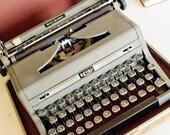 Restored 1940s Royal Quiet De Luxe Typewriter