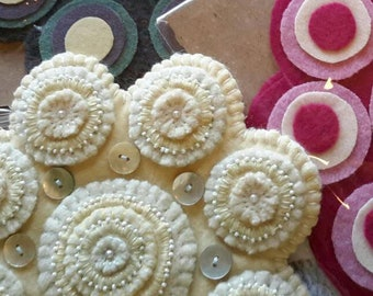 Wool Kit -- Wool Penny Rug Kit -- LARGE SCALLOPED pre-Cut Wool Appliqué Kit -- Make Your Own Traditional Wool Penny Rug -- Wool Appliqué Kit