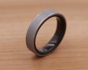 Titanium Ring Lined with Chacate Preto - Sand Blasted Finish - Wedding Band - Unique Wedding Ring - Titanium Wedding Band