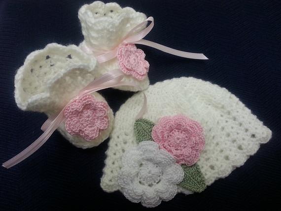Crochet el sombrero y botines de estilo victoriano blancos y  a25287f9dd9