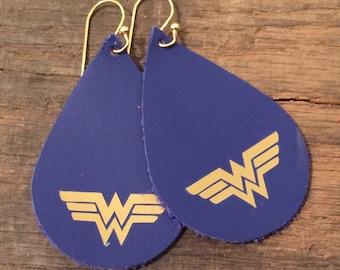 Wonder Woman leather earrings in red