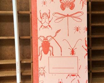 taccuino fatto a mano di insetti dello scritto tipografico