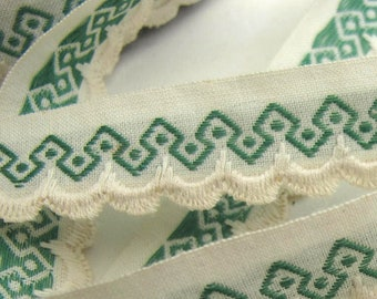 3 yards SCALLOP EDGE GEOMETRIC vintage edge lace in green on off white. 3/4 inch wide. v1820-b