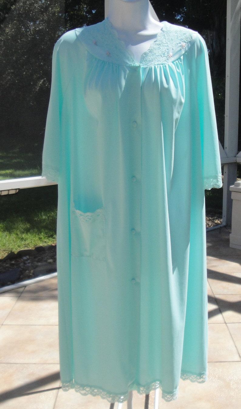 Front buttons Knee length Side pocket Vintage teal nylon robe w floral lace trim yoke /& hemline Shadowline Medium Elbow length sleeves