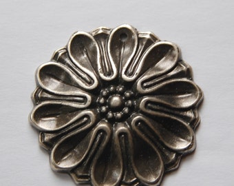 Vintage Antiqued Silver Plated Acrylic Flower Pendants pnd121