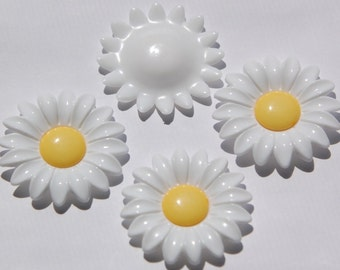 Vintage Large Crisp Yellow and White Daisy Cabochon cab392B