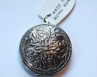 Vintage Etched Round Locket  Silver Plated lkt009