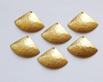 1 Hole Raw Brass Crinkle Pattern Dapped Triangle Charm Drops (6) mtl355