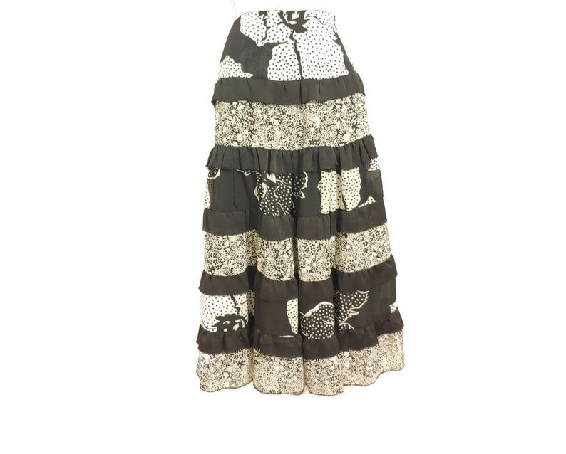 tier ruffle flare work skirt in black and white floral motif for Women size Large by Free Style 80s Vintage Clothes B1-2184