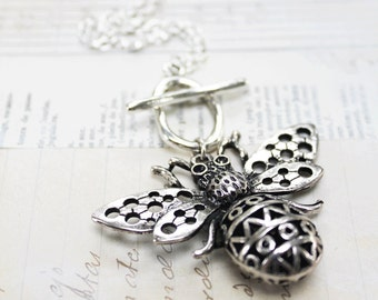 Queen Bee Pendant Necklace - Pendant Necklace - Queen Bee Necklace - Necklace Gift - Gift Ideas - Gift For Her - Vintage Necklace - Zamsoe