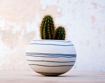 keramische mini plantenbak voor cactus, sappig of air plant. kleurrijke porseleinen planter (donkere blauwe / zwarte strepen). Vervaardigd door Wapa Studio.