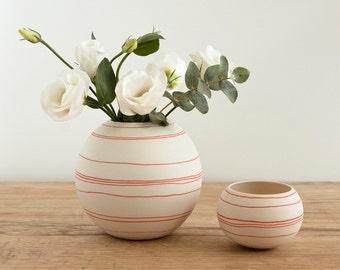 porseleinen vaas met oranje rode decoratieve strepen. handgemaakte ronde keramische vaartuig rode lijnen. handgemaakte porseleinen door Wapa Studio