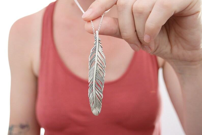 91d1b00b3682 Colgante pluma. Colgante con pluma de plata. Collar pluma