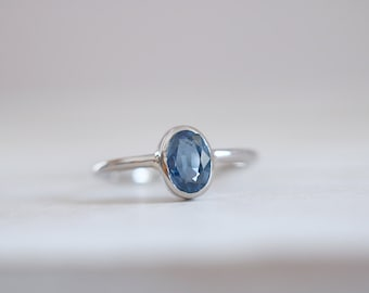 Sapphire ring. 18kt white Gold ring with Sapphire. Blue Sapphire, gold Sapphire ring, Anniversary Ring, Engagement ring. Made to Order.